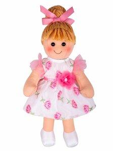 Megan is gekleed in een mooie bloemrijke jurk met een strik in haar haar.
